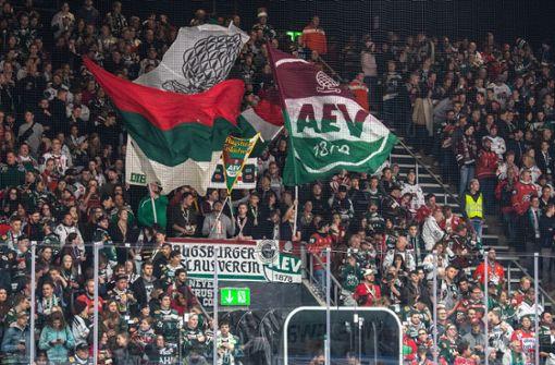Eishockey-Fans feiern Schiedsrichter mit La-Ola-Welle