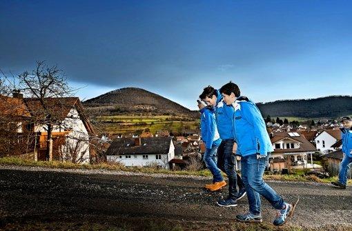 Kein Schnee, kein Stress. Statt die Piste zu präparieren, kann Kurt Ambacher (mit Schildmütze) mit seinen Vereinskameraden spazieren gehen. Foto: Horst Rudel