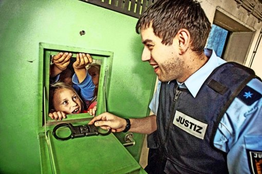 Kinder hinter Gittern
