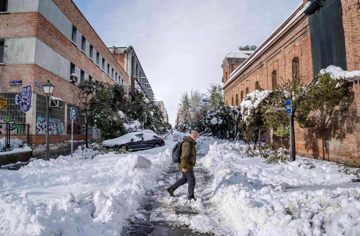 Vor allem in der Millionenmetropole Madrid war die Lage nach einer bitterkalten Nacht mit Temperaturen bis zu minus 8 Grad auch am Dienstag weiter schwierig (Archivbild). Foto: dpa/Diego Radames