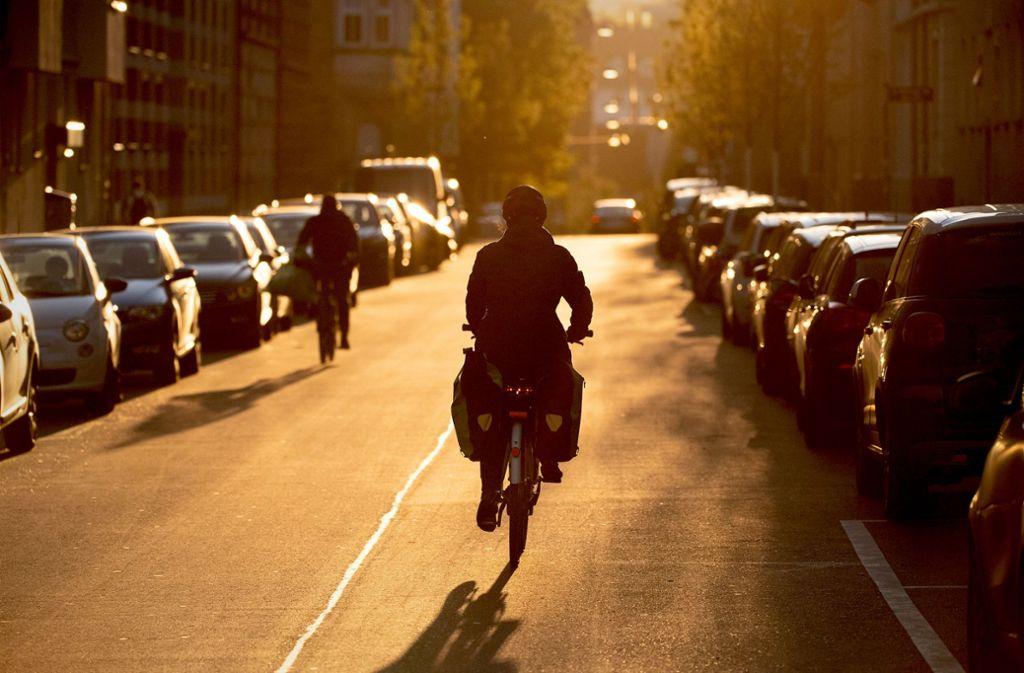 Radler im Morgenlicht: Um diese Fortbewegungsart sicher zu machen, bleibt in den Kommunen noch viel zu tun. Foto: dpa/Sebastian Gollnow