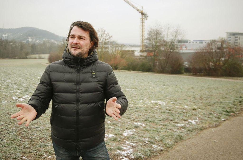 Im Januar war  Thorsten Strotmann noch zuversichtlich, auf dieser  Wiese in Leonberg bauen zu können. Foto: factum/