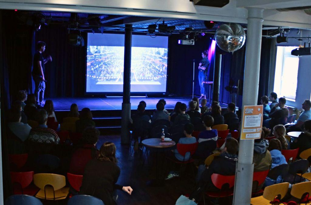 Etwa 20 Kinder und ihre Eltern sind zu dem Workshop gekommen. Foto: Julia Schenkenhofer