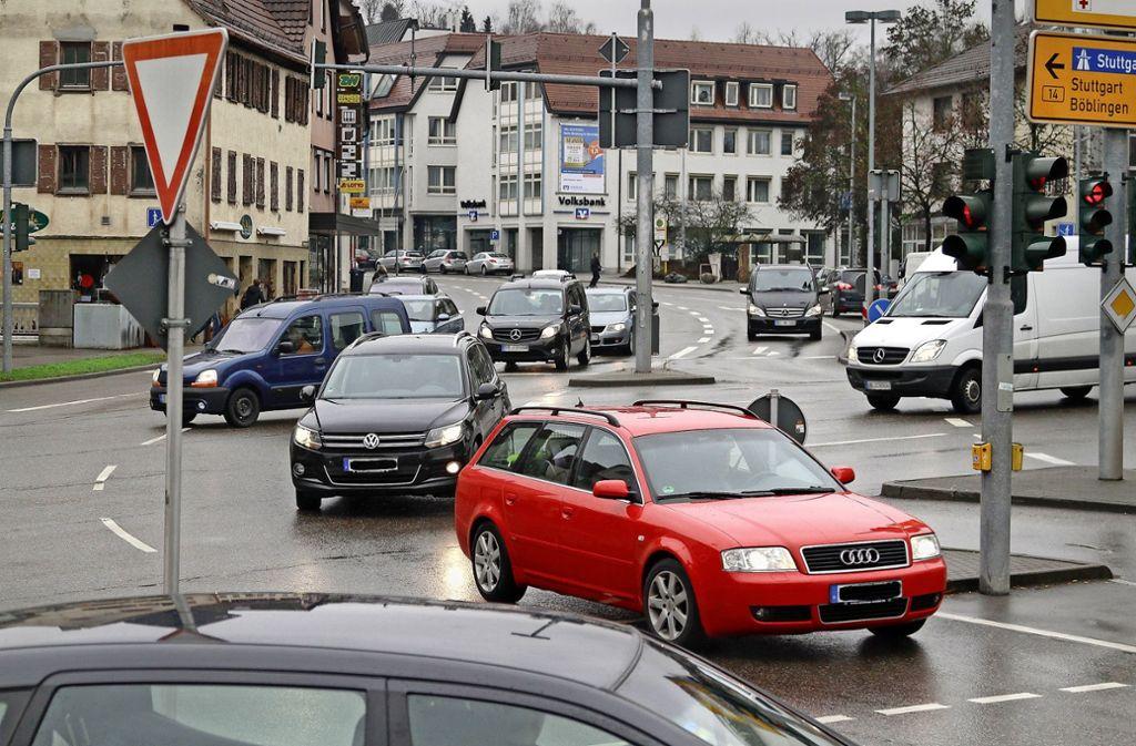 Unübersichtlich, chaotisch, unfallträchtig: der Reinhold-Schick-Platz in Herrenberg. Das soll anders werden, wenn es einen Durchstich unter der Bahnlinie gibt. Foto: factum/Archiv