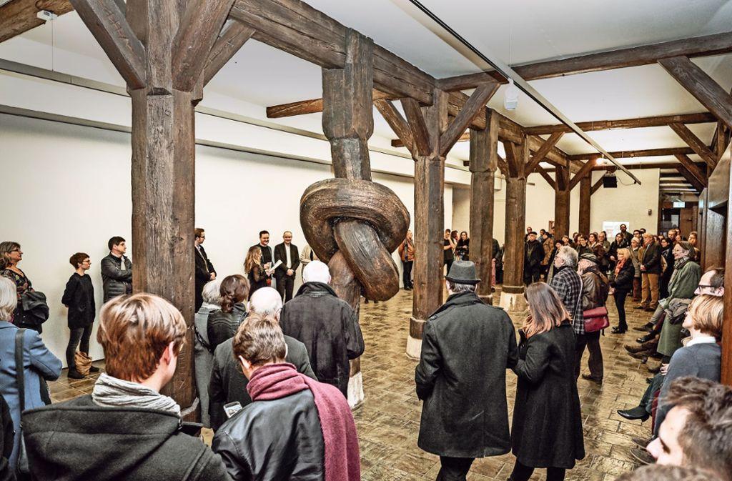 Verblüfft betrachten die Gäste bei der Vernissage Alex Chinnecks Kunst. Foto: Wilfried Adam