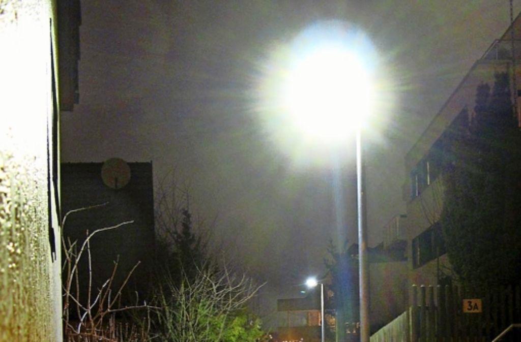 LED-Leuchten  wie diese an  einem   Fußweg zwischen  zwischen Alter Steige und Happoldstraße strahlen  sehr viel Licht  nach oben und zur Seite Foto: Matthias Engel (z)