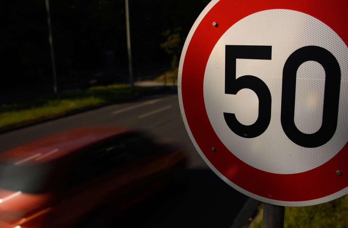 Mehr als doppelt so schnell wie erlaubt waren zwei Autofahrer in der Nacht zu Samstag in Aachen unterwegs (Symbolfoto). Foto: dpa/Robert Michael