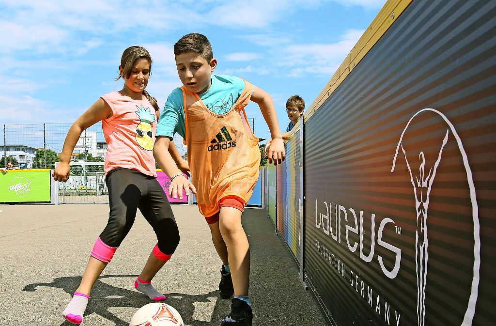 Bei Kickfair spielen Mädchen gegen Jungs – manchmal auch ohne Schuhe. Foto: Baumann