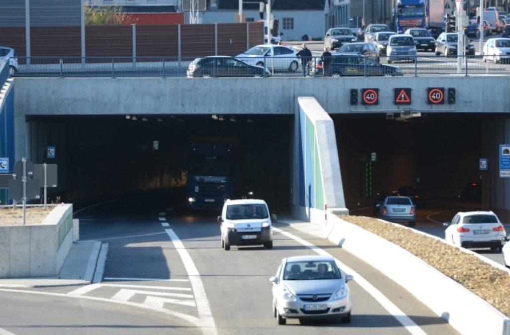 Freie Fahrt durch den Einhorn-Tunnel in Schwäbisch Gmünd: Seit Montagmorgen rollt der Verkehr durch die 280 Millionen teure Ortsumgehung. Foto: dpa