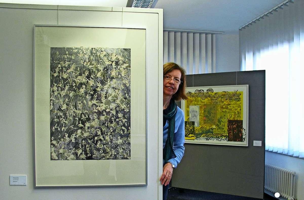 Es lohnt sich, genau hinzusehen. Noch bis Ende des Monats sind die Werke der Künstlerin  an der Klinglerstraße 7 ausgestellt. Foto: Susanne Müller-Baji