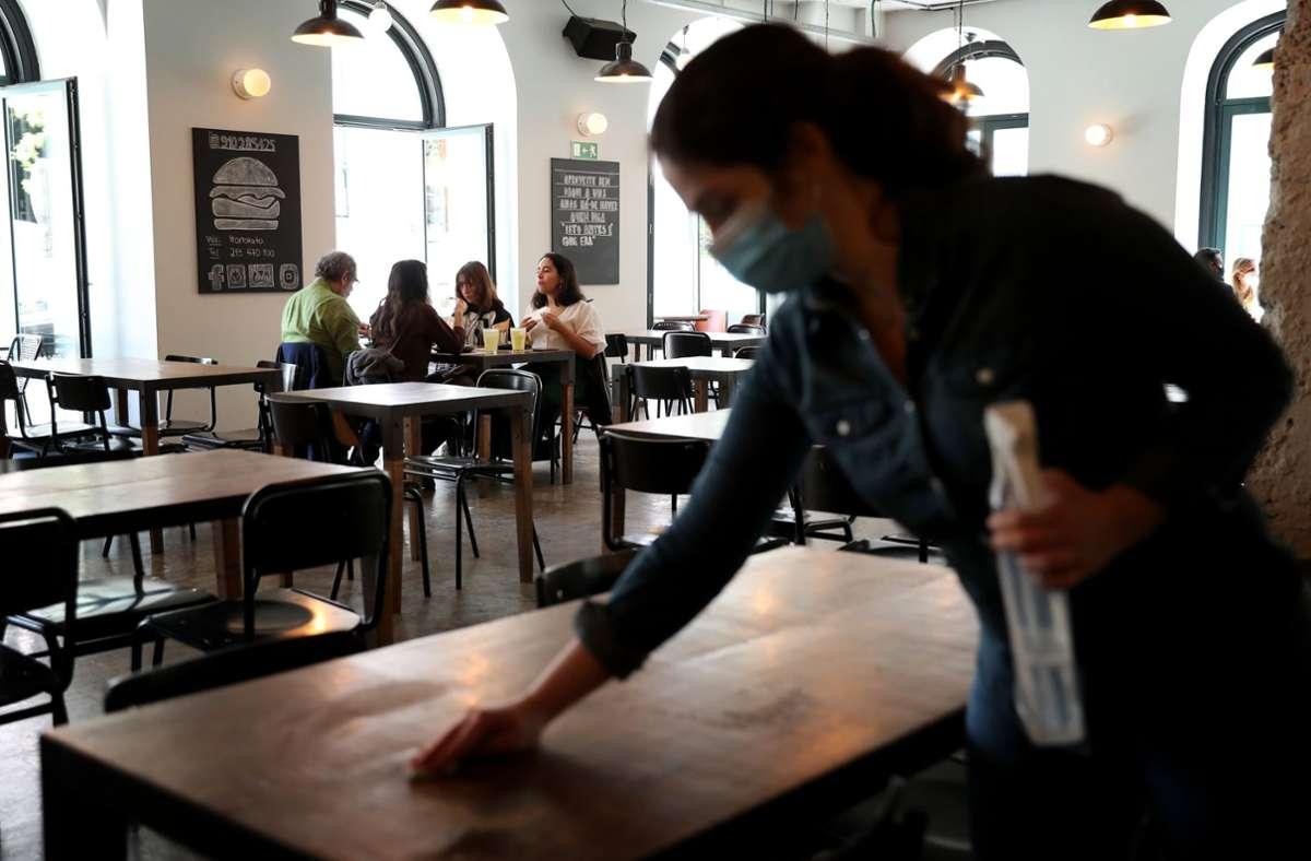 In Lissabon haben die Restaurants wieder geöffnet. Foto: dpa/Pedro Fiuza
