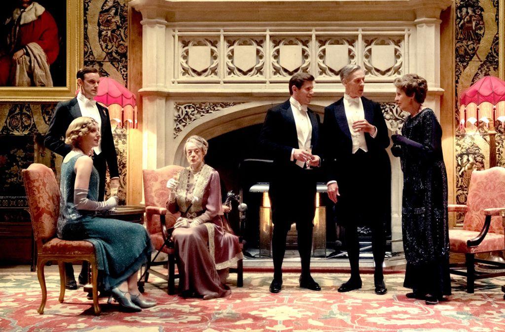 Champagnerstündchen auf Downton: von links Laura Carmichael, Matthew Goode, Maggie Smith, Allen Leech, Douglas Reith und Penelope Wilton Foto: /Jaap Buitendijk