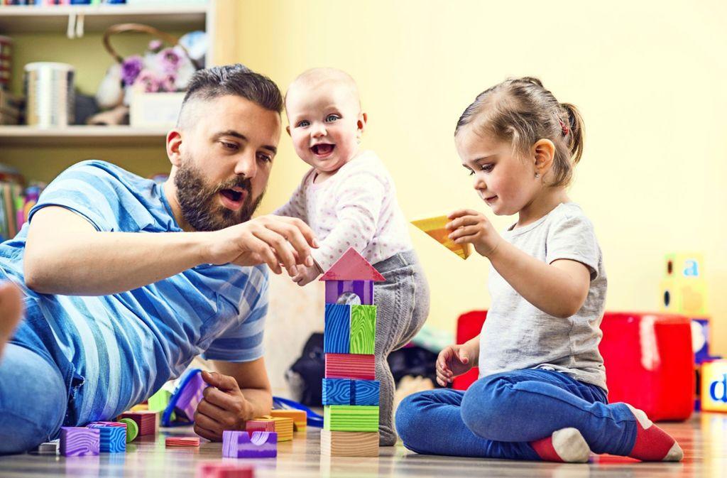 Tageseltern betreuen bis zu fünf Kinder bei sich zu Hause, im Zuhause der Kinder oder in anderen geeigneten Räumen. Foto: Halfpoint/z/Tageselternverein Esslingen