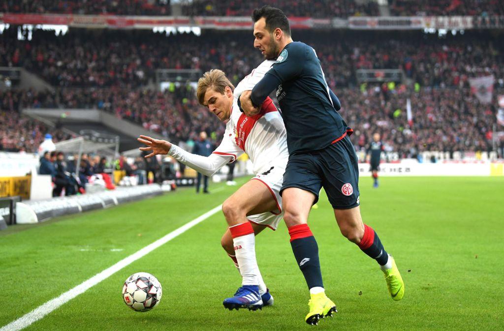 Borna Sosa (links) vom VfB Stuttgart rutscht gegen den 1. FSV Mainz 05 auffällig oft weg. Foto: Getty
