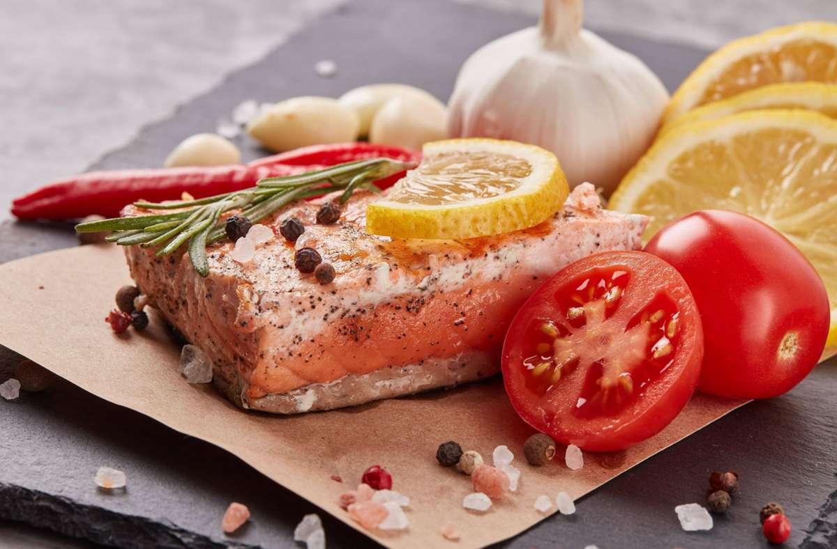 Ein- bis zweimal pro Woche Fisch essen, empfehlen Ernährungswissenschaftler. Foto: imago images/Panthermedia/DGM via www.imago-images.de