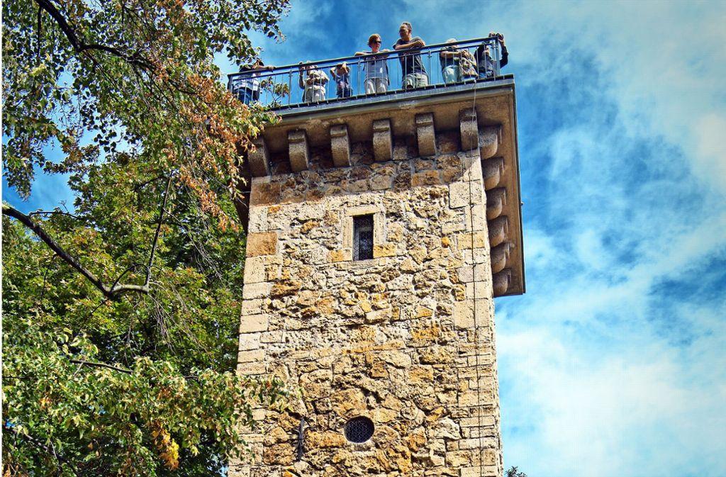 Die Besucher genießen den Ausblick vom Daimlerturm. Foto: Oliver Willikonsky/Lichtgut