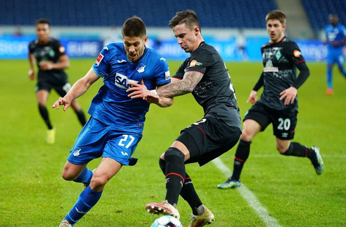 Hoffenheims Andrej Kramaric (l) beim Kampf um den Ball mit Werder Bremens Marco Friedl. Foto: dpa/Uwe Anspach