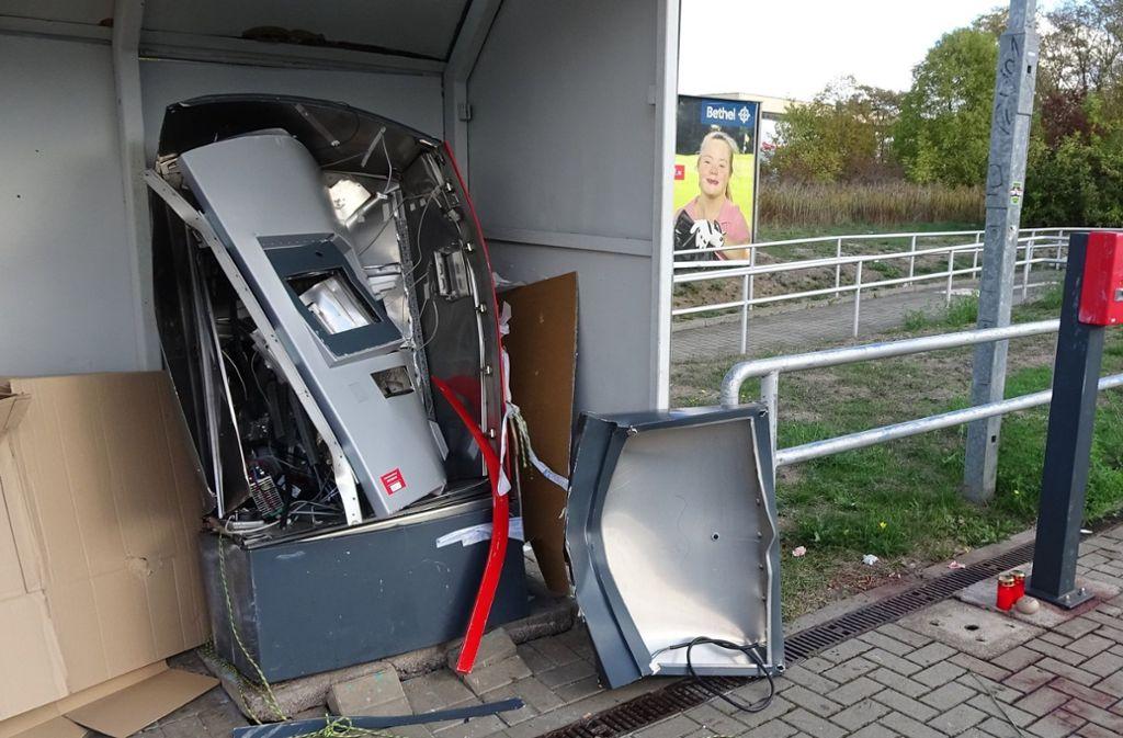 Die Polizei geht davon aus, dass der 19-Jährige, der bei der Explosion ums Leben kam, mit zwei weiteren selbst den Automaten gesprengt hat. Foto: dpa