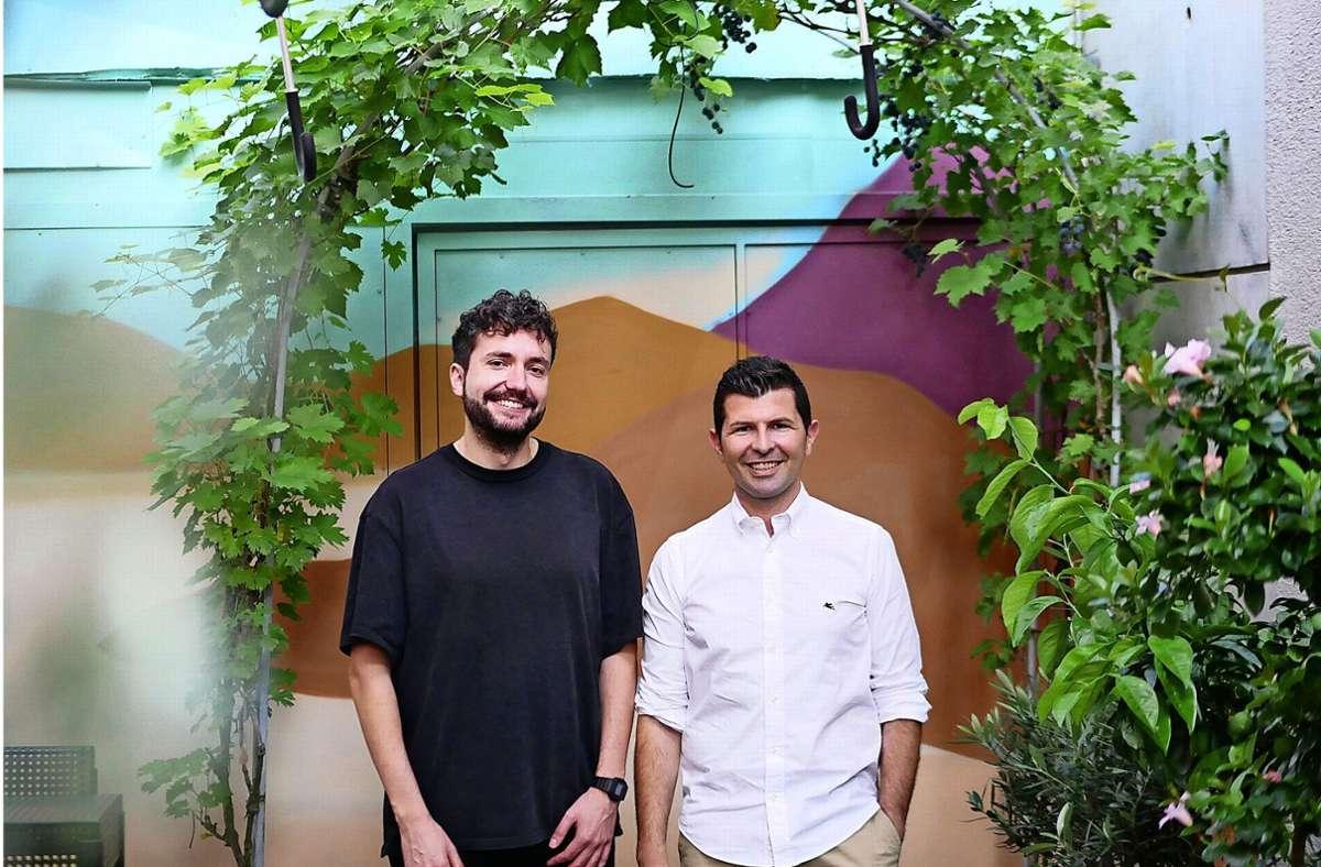 Nicolas Krischker (l.) und Hüseyin Kahraman vom Mela Kaffee & Garden wollen mit viel Grün den Süden nach Echterdingen transportieren. Foto: Eileen Breuer