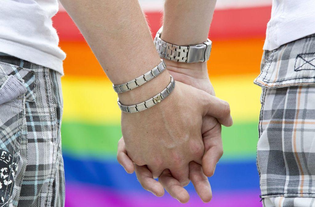Das Thema bleibt kontrovers, weil theologisch konservative Kreise aufgrund ihres Bibelverständnisses praktizierte Homosexualität ablehnen (Symbolbild). Foto: dpa/Michael Reichel