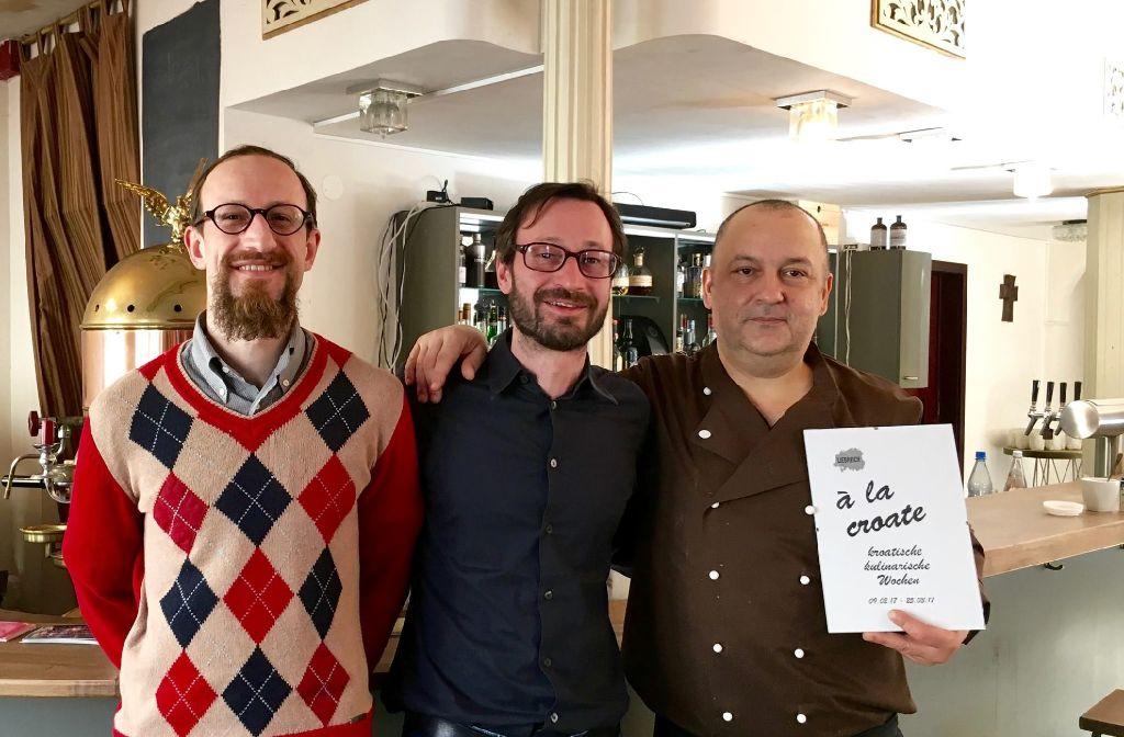 Die Drei aus dem Liebreich: Die Brüder Tomislav und Robert Lovric und Koch Željko Benjak (von links). Foto: Tanja Simoncev