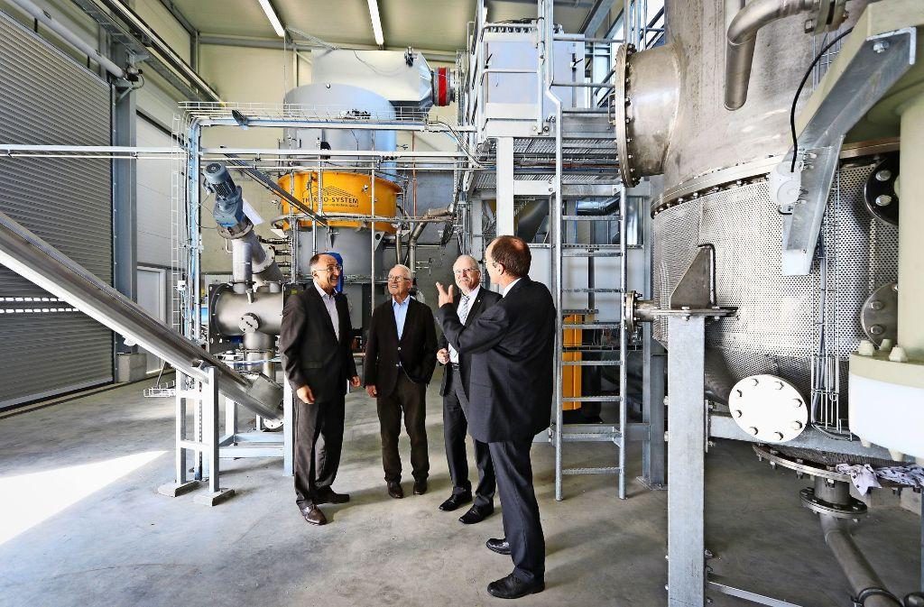 Steffen Ritterbusch (von rechts) zeigt dem Bürgermeister Wolfgang Faißt den neuen Reformer.  Die Halle bietet außerdem noch genügend Platz für eine Erweiterung. Foto: factum/Granville