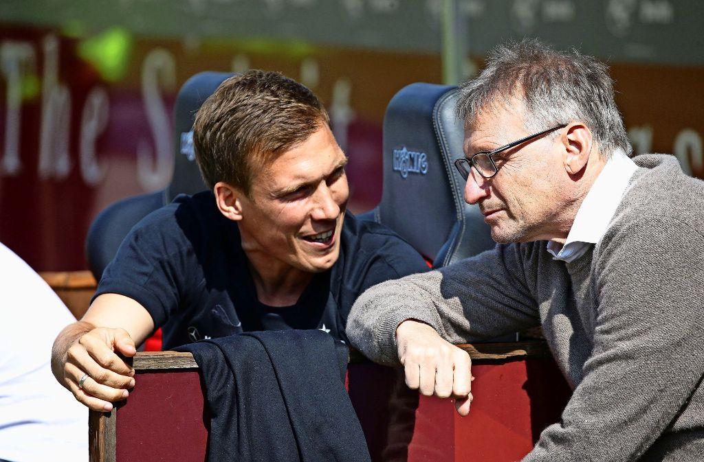 VfB-Sportvorstand Michael Reschke (re.) im Gespräch mit Trainer Hannes Wolf. Foto: Baumann