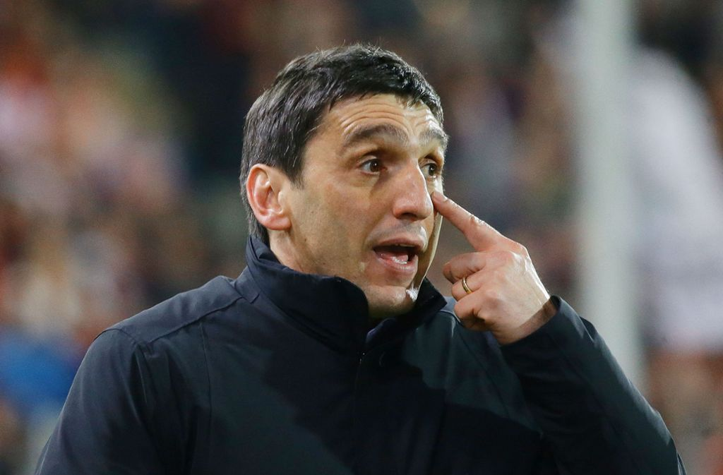 VfB-Trainer Tayfun Korkut muss einen Ausfall kompensieren. Foto: Pressefoto Baumann