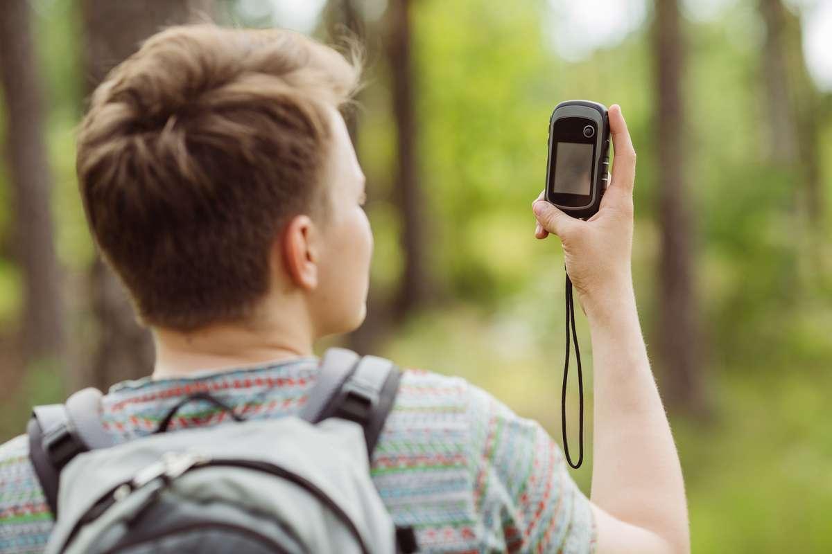 Mit dem GPS-Gerät auf Schatzsuche beim Geocaching. Foto: PRESSLAB/Shutterstock