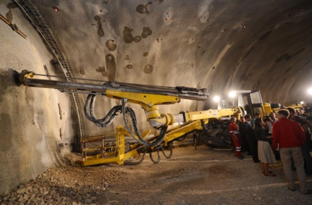 Mitte Juli 2013 wurde offiziell mit dem Bau des Steinbühltunnels begonnen. Nun sind die Röhren im Rohbau fertig, die Bahn lädt auf die Baustelle ein. Foto: dpa