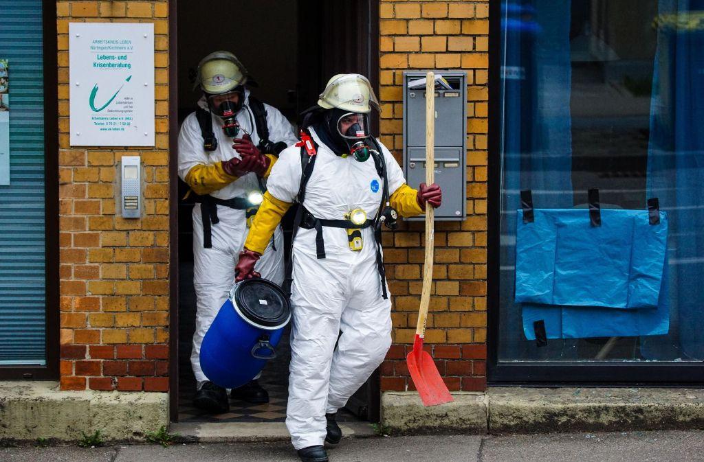 Einsatzkräfte bei der Beseitigung der Stinkbombe am Dienstag in Kirchheim/Teck Foto: SDMG