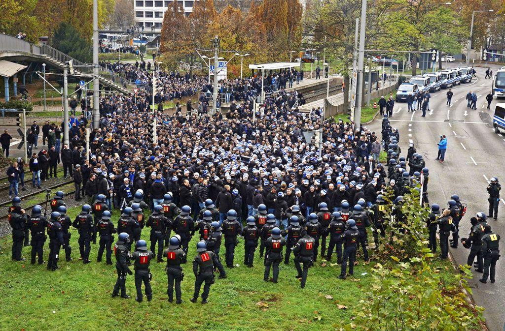 Untertürkheimer Platz: die Polizei und KSC-Anhänger stehen sich gegenüber. Foto: Andreas Rosar