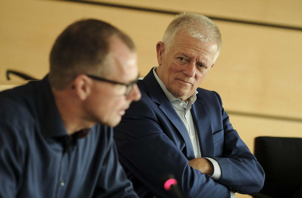 Oberbürgermeister Fritz Kuhn (rechts) und Technikbürgermeister Dirk Thürnau stellen das neue Konzept im Stuttgarter Rathaus vor. Foto: Lichtgut/Leif Piechowski