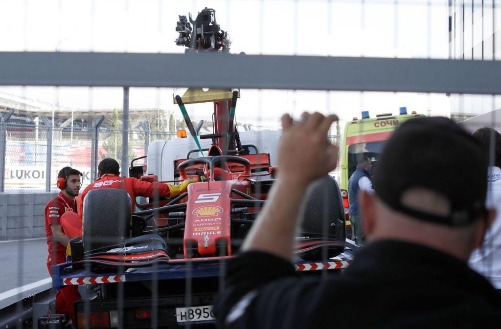Aus der Traum vom Grand-Prix-Sieg in Sotschi: Der Rennwagen von  Ferrari-Pilot Sebastian Vettel  wird von Mechanikern in der Box abgeschleppt. Foto: dpa/Luca Bruno