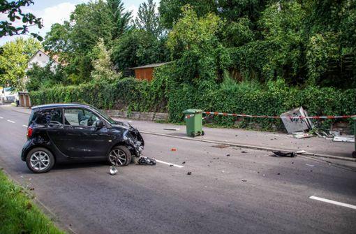Frau baut Unfall und rammt Stromverteilerkasten