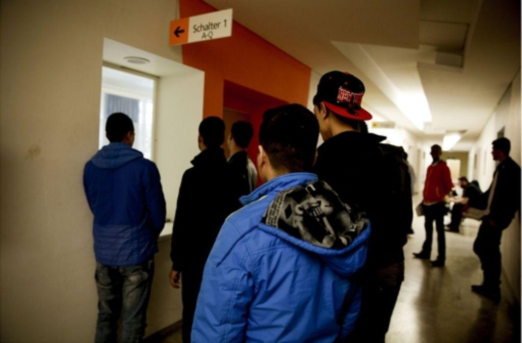 Junge Flüchtlinge stehen im Gesundheitsamt für eine Untersuchung an. Foto: Lichtgut/Leif Piechowski