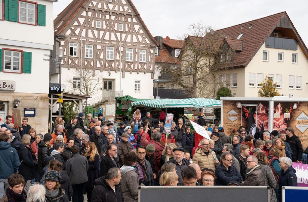In der  Alfdorfer Ortsmitte haben   am Samstag Bürgerinnen und Bürger gegen rechte Hetze und Terror protestiert. Foto: Edgar Layher
