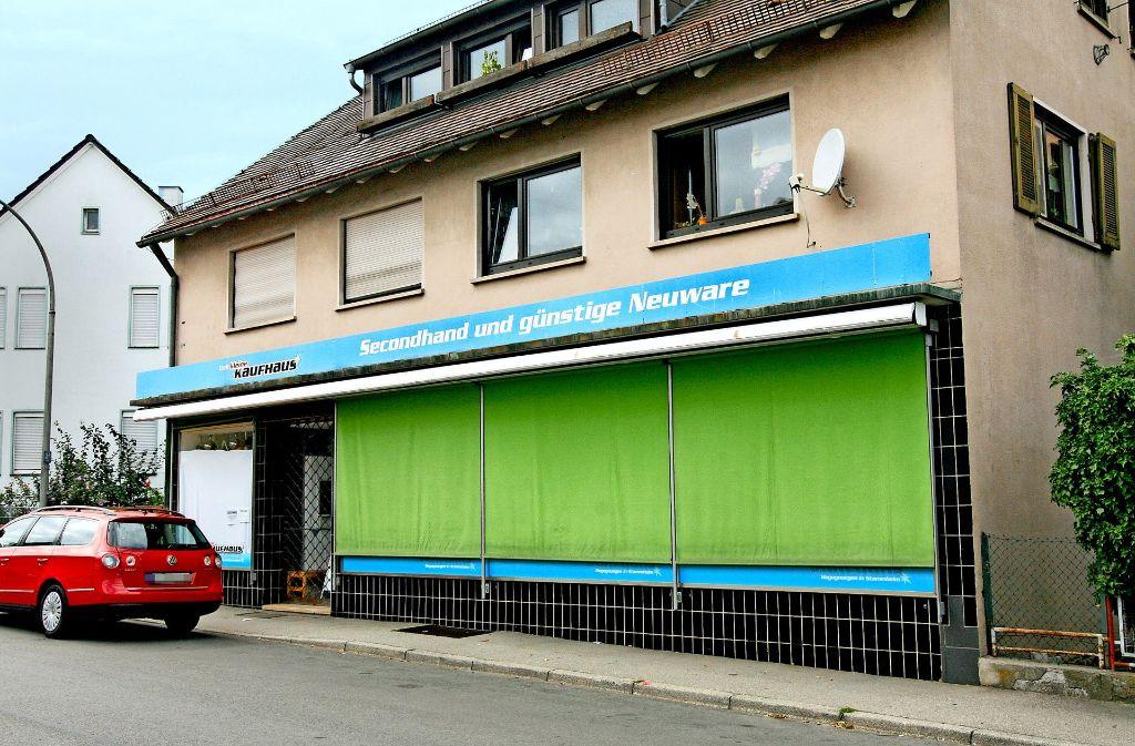 Die Rollos sind unten, die Türen verschlossen. Das kleine Sozialkaufhaus an der Korntaler Straße wird nur noch einmal kurz für einen Abverkauf öffnen. Foto: Chris Lederer