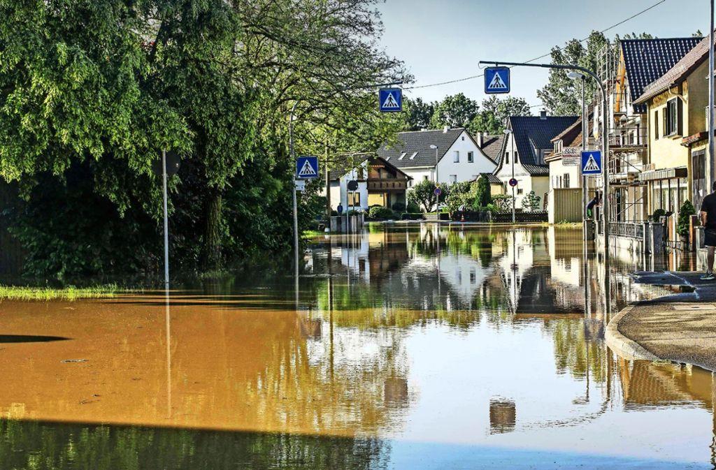 In der Hildrizhausener Straße  in Ehningen stand nach einem  schweren Unwetter  das Wasser bis zu 70  Zentimeter hoch. Foto: SDMG