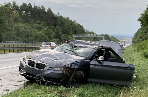 Bei Nässe zu schnell – BMW  überschlägt sich