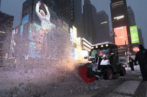 Schneepflug begräbt Auto – Fahrer nach zehn Stunden gerettet
