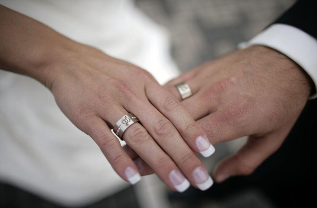 Bei der Trauung blieb einer Braut in Esslingen die Luft weg. (Symbolbild) Foto: Jörg Carstensen/dpa