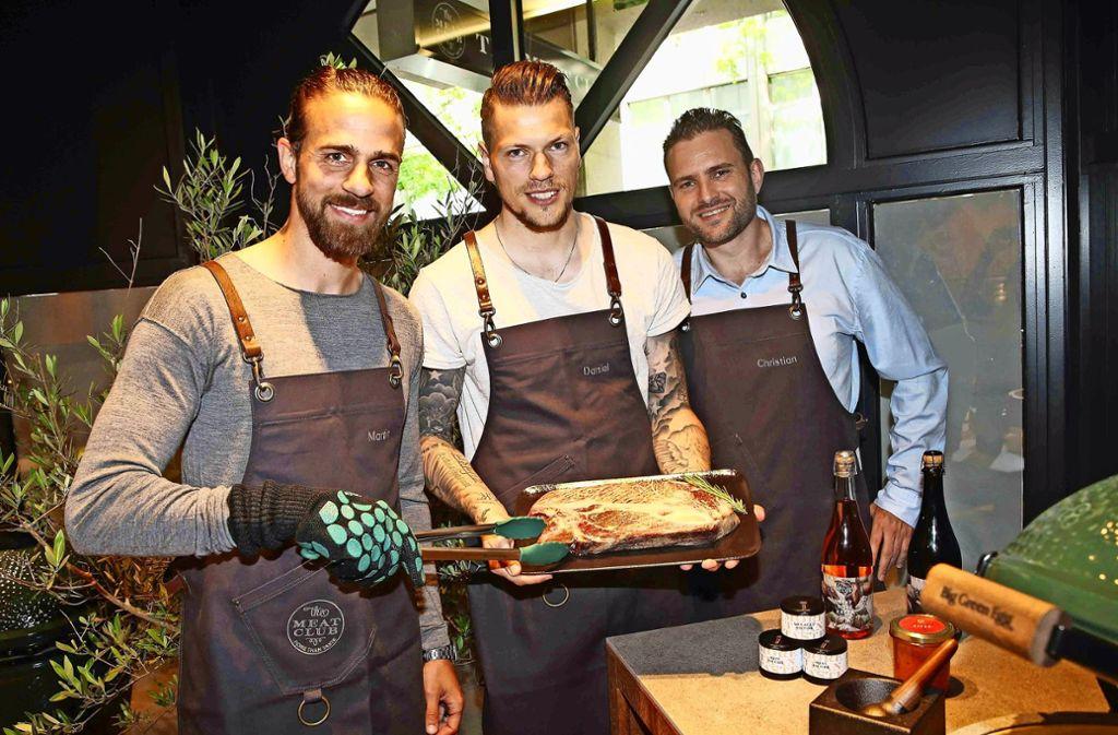 Martin Harnik (links) und Daniel Ginczek gemeinsam mit ihrem Freund und Geschäftspartner Christian Hartmann Foto: Herbert Rudel