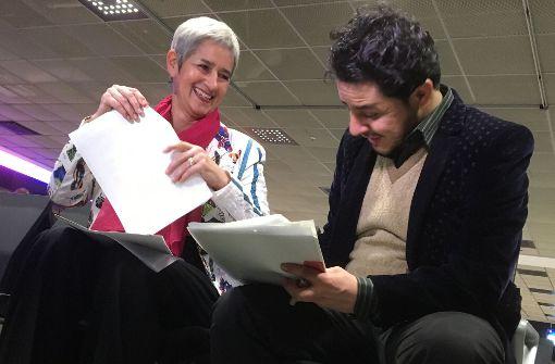 Dagmar Schmidt von der Münchner Schauburg und Pouya bei der Vertragsunterzeichnunga am Flughafen. Foto: Bianka Huber