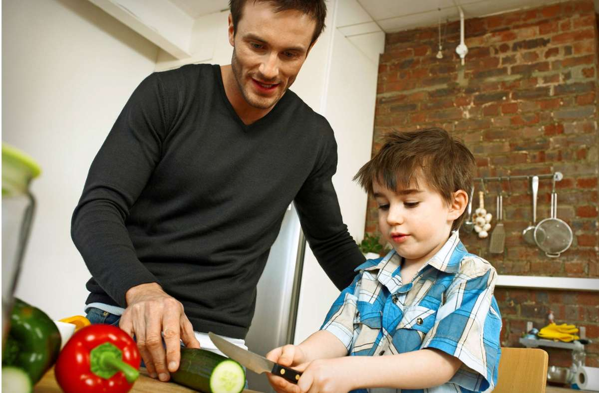 Schnippeln, rühren, abschmecken: Kinder helfen gern in der Küche. Foto: imago images/ingimage