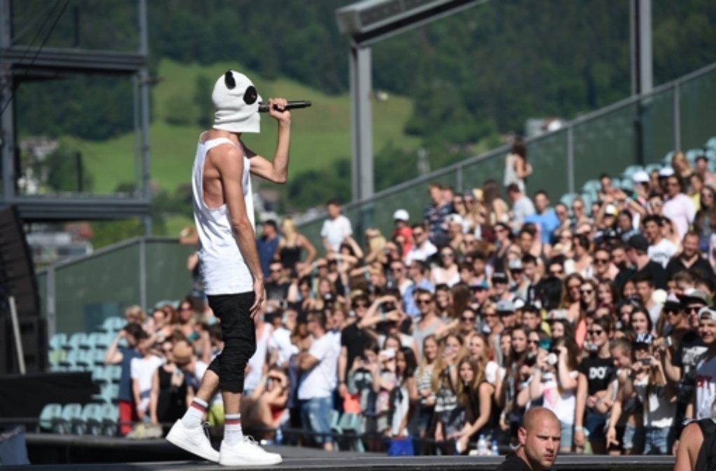 Panda-Rapper CRO tritt auf der Seebühne in Bregenz, Vorarlberg in Österreich, vor tausenden von Zuschauern auf. Foto: dpa