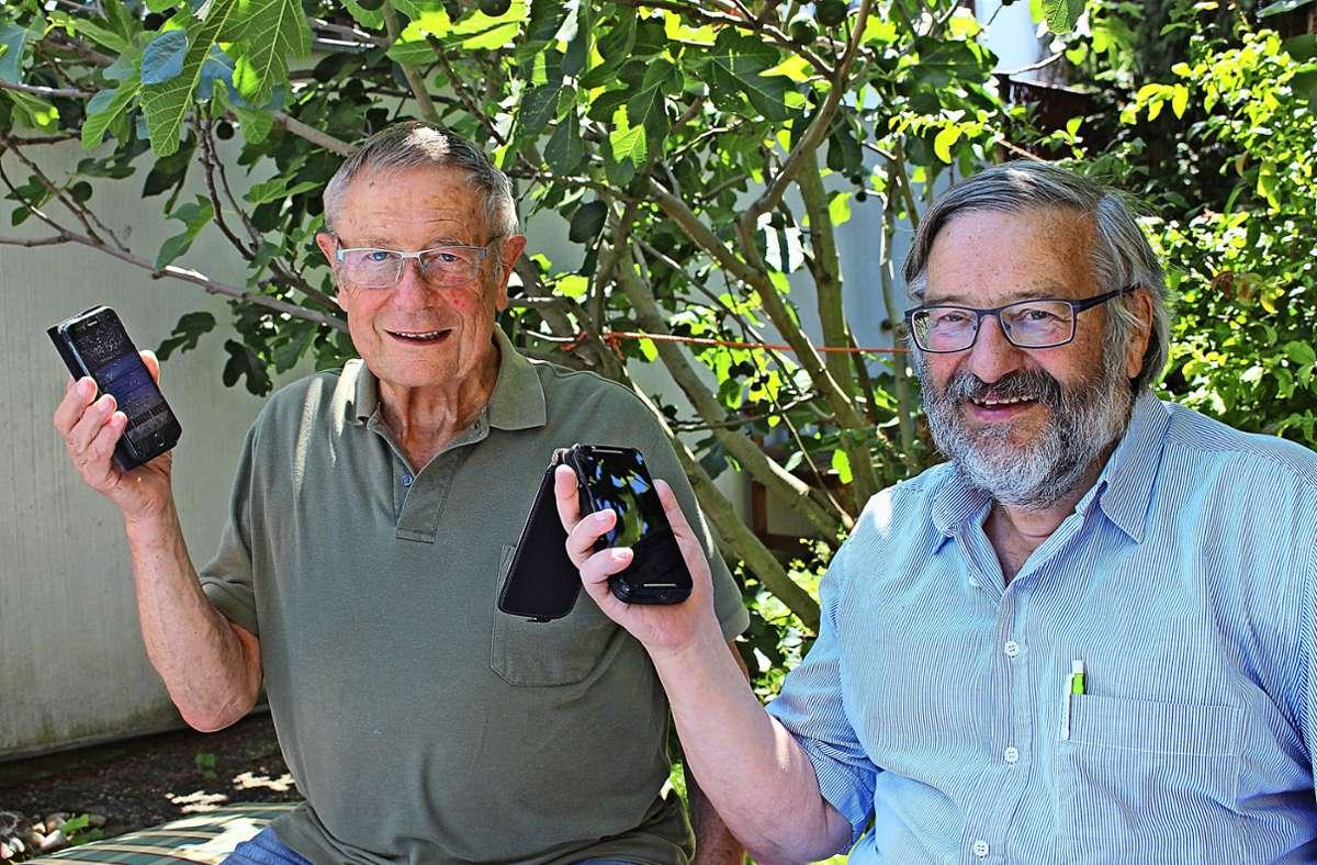 Paul Schurr (links) und Erhard Alber haben Smartphones, viele ihrer Altersgenossen hingegen nicht. Foto: Caroline Holowiecki