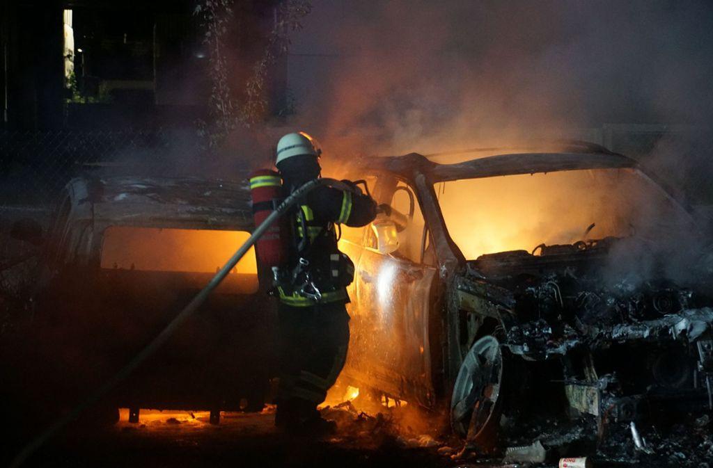 Die Feuerwehr war wegen zwei brennender Autos in Göppingen im Einsatz. Foto: SDMG