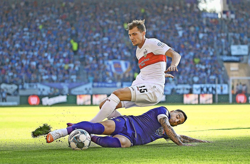 Kampf ist Trumpf: Calogero Rizzuto (unten) trennt VfB-Rechtsverteidiger Pascal Stenzel robust, aber fair vom Ball. Foto: Baumann