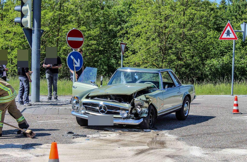 Der Mercedes-Oldtimer musste abgeschleppt werden. Foto: SDMG// Dettenmeyer